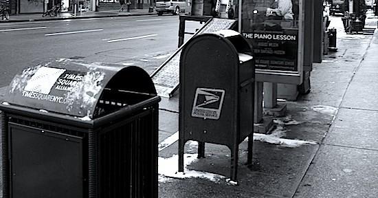 Verloren am Straßenrand: US-Briefkasten