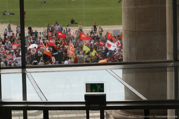Empörung vor dem Bundestag (Foto: Tobias Koch)