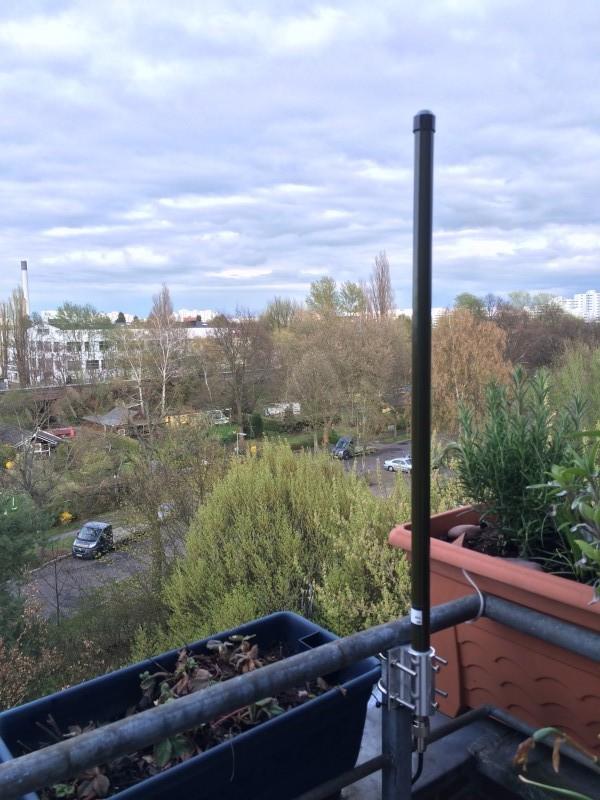 1090-MHz-Antenne, montiert auf dem Balkon.